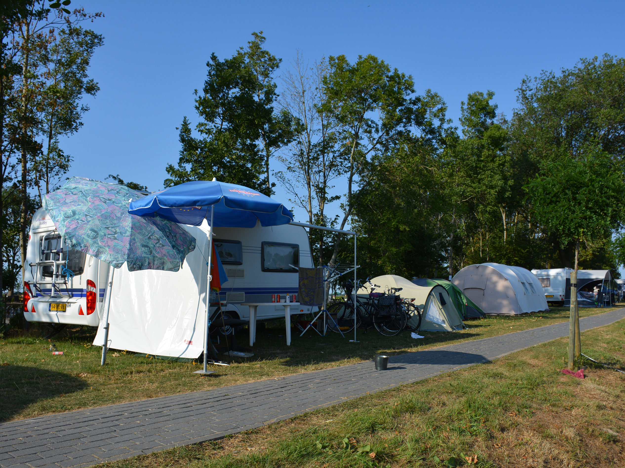 Oma kampeert met kleinzoons op Camping De 4 Elementen in Friesland