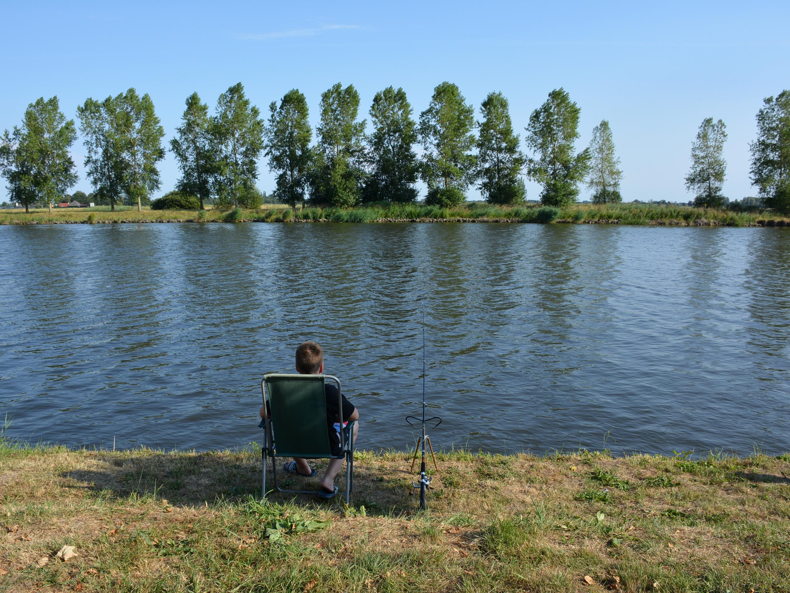 Vissen aan het van Starkenborghkanaal op Camping De 4 Elementen in Friesland