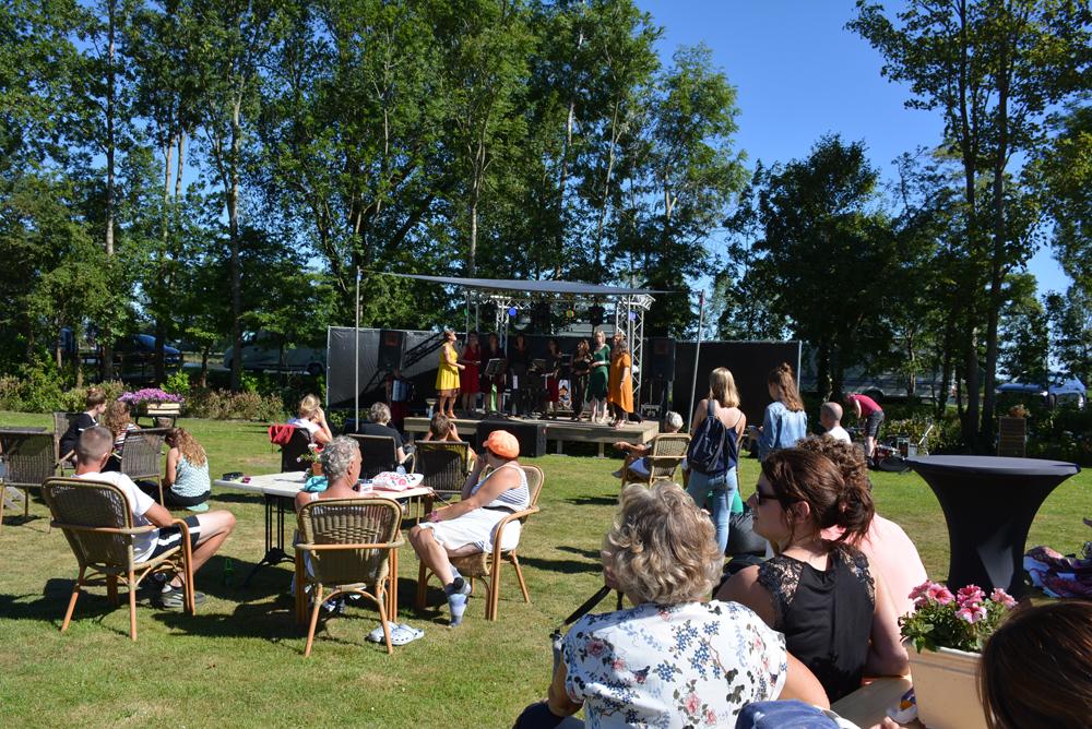 Publiek op het festival van De 4 Elementen in Stroobos
