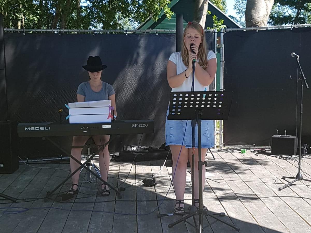 Nathalie en Hester op festival Voorbij de grens van De 4 Elementen